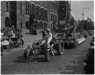 3477-4 De M-brigade- oplegger op Coolsingel voor stadhuis met publiek tijdens het 31e Bloemencorso.