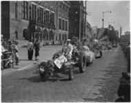 3477-5 Totaalwagen met tractor voor stadhuis op Coolsingel voor stadhuis met publiek tijdens het 31e Bloemencorso.