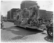 3477-6 De wagen van Joh. De Heer met piano's en bloemen op Coolsingel met publiek tijdens het 31e Bloemencorso.