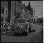 3477-7 Presentatie Michelin op DAF-auto voor stadhuis op Coolsingel voor stadhuis met publiek tijdens het 31e Bloemencorso.