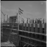 3492 Overzicht van Pauluskerk in aanbouw en de vlag in top bij het sierbeton.
