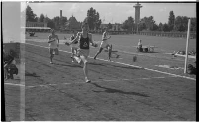 3498-2 Sportdag Nenijto met hardlopers bij finishlijn- uitkijktoren Diergaarde op de achtergrond.