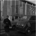 350 Chauffeur stopt voor overstekende dame nabij bioscoop Thalia aan de Kruiskade.
