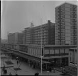 351-4 Overzichtsfoto Lijnbaan met op de achtergrond flats in aanbouw.