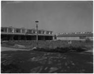 3514 Bouw winkelcentrum op Plein 1953 in Pendrecht, op achtergrond een houten noodschool aan de Slinge.