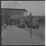 3517 Aankomst RET-bussen nr. 34 bij de bushaltes voor NS-treinstation Blaak aan de Blaak.