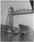 3519 Tanker ESSO Rotterdam voortgetrokken door sleepboten, passeert de Hefbrug.