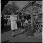 3522-1 Bonthuis Nico Nachtegall showt haar collectie bontjassen tussen de paarden tijdens het CHIO.