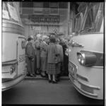 3526-2 Dagje uit voor de 1100 ouderen uit Oude Noorden naar het Gooi met 20 bussen opgesteld in de Zwaanshals.