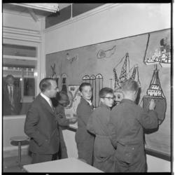 3535-1 Minister J.M.L.Th. Cals van Onderwijs, Kunsten en Wetenschappen opent de Havenvakschool en bewondert een door ...