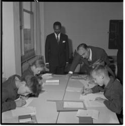 3535-2 Minister J.M.L.Th. Cals van Onderwijs, Kunsten en Wetenschappen opende de Havenvakschool en bezoekt een klas.