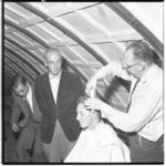 3538-1 Studenten worden in het kader van hun ontgroening kaalgeknipt.