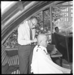 3538-2 Studenten worden in het kader van hun ontgroening kaalgeknipt.