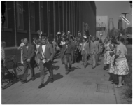 3538-3 Studenten wandelen in een ontgroeningsoptocht, lawaaimakend met pannen, over de Coolsingel ter hoogte van de ...