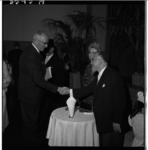 3545-3 Felicitaties van burgemeester Van Walsum voor nieuwe opperrabijn L.Vorst in synagoge Bentincklaan 23.