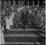 3546-7 Opening Lijnbaanweek door loco-burgemeester J.U.Schilthuis (m) tussen een haag van klaarovers, alles in het ...