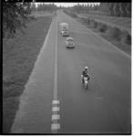 3547-1 Twee auto's en een caravan: statenloze groep zigeuners wordt onder politiebegeleiding naar de Duits grens ...