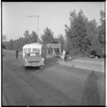 3547-2 Auto met caravan verlaat de camping aan de Kanaalweg.