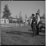 3547-3 Politieagenten kijken naar statenloze zigeuners en hun caravans.