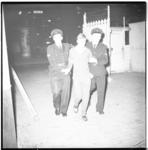3554-3 Nozems opgepakt en gearresteerd in hartje Rotterdam na verboden samenscholing bij ijssalon Capri in de Karel ...