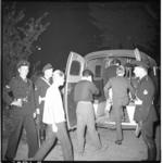 3554-4 Nozems opgepakt en gearresteerd in hartje Rotterdam na verboden samenscholing bij ijssalon Capri in de Karel ...