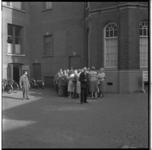 3555 Groep mensen bij de toegang naar de publieke tribune van de rechtbank aan de Noordsingel.