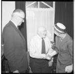 3559 Burgemeester Van Walsum en echtgenote bezoeken de 101-jarige heer Verberk.