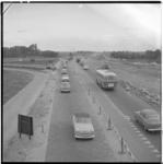 3564 Verkeersdrukte rijksweg 13; rechts werkzaamheden voor verbreding van deze rijksweg.