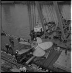 3570-2 Overzicht van bovenaf: de grootste CuNial-schroef ter wereld wordt in de Waalhaven aan boord van de Drossel geladen.