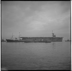 3572-3 Aankomst/vertrek vliegdekschip begeleid door sleepboot de Elbe.