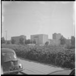 3579-1 Noodbioscoop Lutusca-theater aan de Kruiskade, op de achtergrond een Lijnbaanflat en het Rijnhotel.