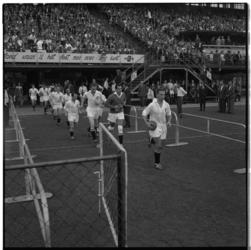 3585 Opkomst Feyenoordspelers in de Kuip via het zogenaamde Leo Hornpad.