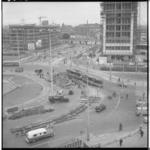 3588-4 Wegwerkzaamheden op en aan het Hofplein richting Schiekade, rechts het in aanbouw zijnde Shell-kantoor.