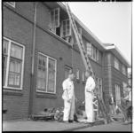 3597 Schilders aan het werk bij beschadigd woonhuis na de brand, van de familie Scholte in Schiedam aan de ...