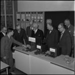 360-1 Burgemeester, mr. G.E. van Walsum (3e van links), opent het gemoderniseerde gebouw van de Uitgebreid Technische ...
