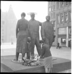 3605 Kranslegging, door Frieda, bij monument voor alle gevallenen 1940 - 1945 op het Stadhuisplein.