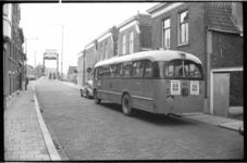 3729-1 Overschiese Dorpsstraat richting Hogebrug met o.a. bus 50 wachtend voor de open brug.
