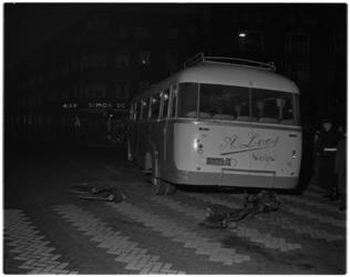 373 Een autobus veroorzaakt een ongeluk op de kruising Wolphaertsbocht / Pleinweg. Op de voorgrond enkele geheel ...