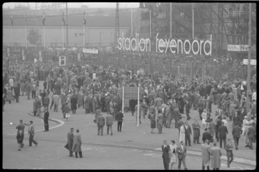 3740-1 Drukte voor Feyenoord -Stadion in verband met interland Nederland-Belgie.