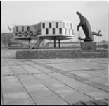 3742-1 Kunstzaal Zuid (voormalige directiekeet op de Coolsingel tijdens bouw Bijenkorf) en oorlogsmonument de Vallende ...