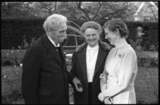 3747-4 Dr. Albert Schweitzer in de tuin Schoonoord aan de Kievitslaan in gesprek met zijn gastvrouw E.F. ...