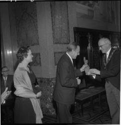 3772 Overhandiging afscheidscadeau aan de Duitse consul Kajus Köster in de Burgerzaal van het stadhuis door ...