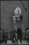 3792-1 Aan de nieuwe Dominicuskerk aan het Hang is een beeld van de apostel Paulus aangebracht naar een ontwerp van J. ...