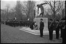 3807 Kranslegging bij oorlogsmonument op het ereveld voor Korps Mariniers op de Algemene Begraafplaats Crooswijk.