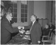 384 Jubilaris W.R. Boersma, directeur van het telegraafkantoor Rotterdam, wordt gefeliciteerd door directeur-generaal ...