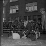 3841 In de Rubroekstraat wordt de eerste steen gelegd door Theo Brouwer voor een nieuw clubhuis van de St.Clubhuizen ...