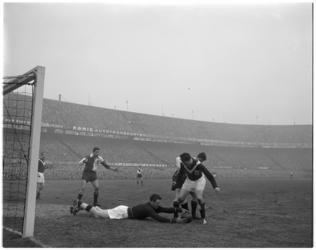 387 Spelmoment uit de voetbalwedstrijd Feyenoord - Enschede.
