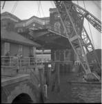 3876 De Binnenhavenbrug is in verband met onderhoud door een drijvende bok van zijn plaats gehaald. Op de achtergrond ...
