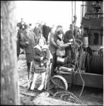 3896 Eerste paal polioafdeling de Ark Zuiderziekenhuis. Ark- bewoners Lenie Pinster (15) en Arie Wiekeraad (14) mochten ...