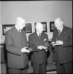 3918 In de Rotterdamse Schouwburg werd de penning van de Maze uitgereikt aan dhr. A. van Hoboken en dhr W.H.de Monchy; ...